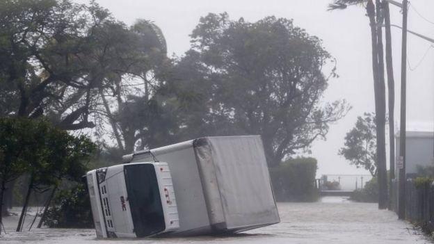 Camión volteado por el viento