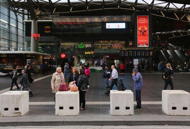 Melbourne Güney Cross tren istasyonu beton parmaklıklar