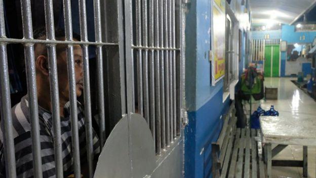 Narapidana bisa menonton televisi yang diletakkan di luar kamar sel