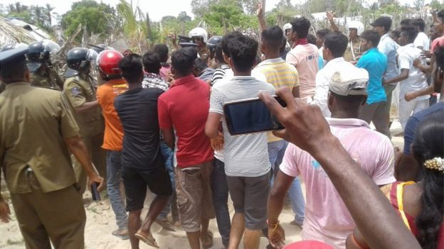 இலங்கை: காணி உரிமை தொடர்பாக போலீஸ் - பொது மக்கள் இடையே பதட்டம்