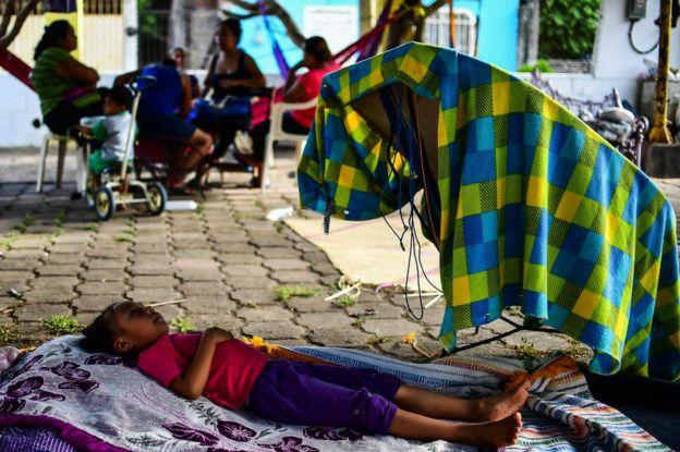 Niño duerme en la calle después de que su vivienda quedara destruida en Juchitán, Oaxaca, México, por el terremoto.