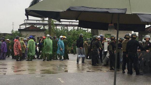 Người dân cáo buộc 500 người của lực lượng công an và chống bạo động đến giải tán khu lều bạt hôm 25/9