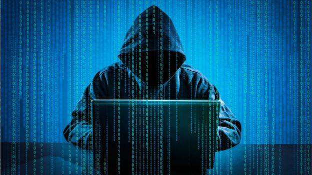 bilgisayar başında anonim figür