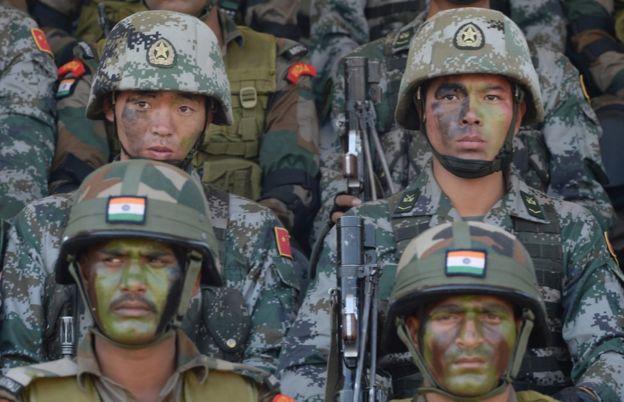 """参与2016年中印""""手拉手""""反恐联合演练的两国士兵"""