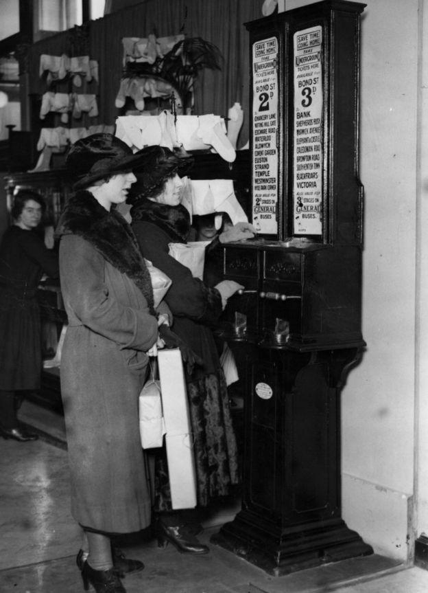 Женщины у билетной кассы, расположенной внутри магазина Selfridges в 1923г.