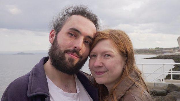 Noni está saliendo con Morgan, pero también con Oliver. Son tres de un número creciente de personas poliamorosas en Escocia. Foto: Fall Films/BBC Escocia.