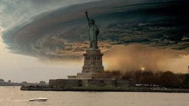 Una foto fabricada de una tormenta ominosa sobre la Estatua de la Libertad
