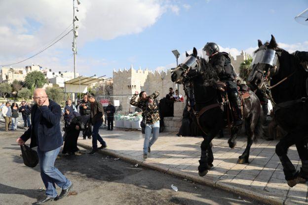 جنود إسرائيليون على ظهور أحصنة يقفون لمواجهة المظاهرات في القدس