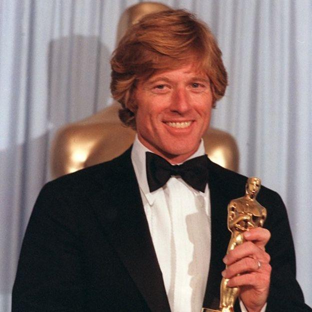Robert Redford con el Oscar al Mejor Director en 1981