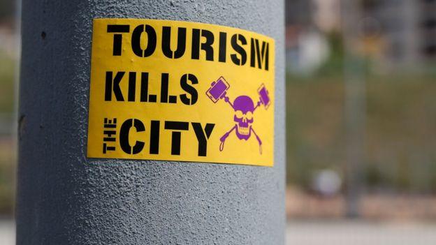 Barcelona'da bir sütuna yapıştırılan 'Turizm Şehri Öldürür
