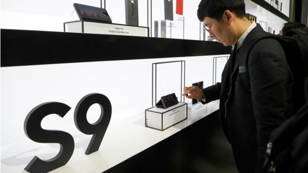 Un hombre prueba el S9 antes del Congreso Mundial de Móviles en Barcelona.