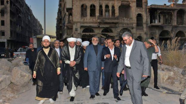 Alaeddin Boroujerdi (centro), presidente del comité de Relaciones Exteriores de Irán, visita a la recién retomada ciudad de Alepo, en 2017