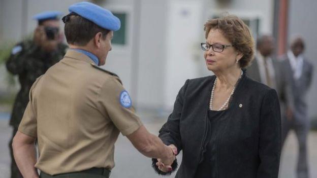 Sandra Honoré saluda a un elemento de la Minustah