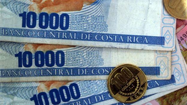 Billetes y monedas de colón.