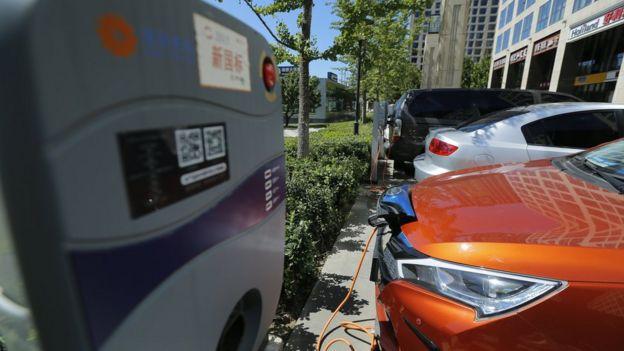 数台正在充电的电动车