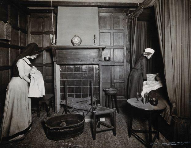 Родильная комната в Англии XVI века.
