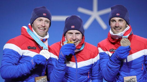 Esquiadores noruegos con sus medallas