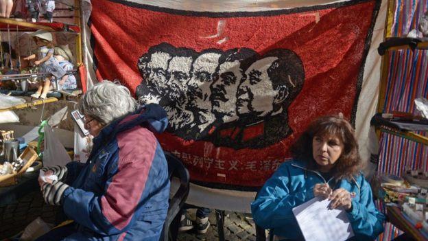 Marx, Engels ve Lenin'in art arda dizilen portreleri Sovyetler Birliği'nde sıklıkla kullanılıyordu. Arjantin'deki sokak satıcılarının sattığı bu bayrağa Josef Stalin ve Çin devriminin önderi Mao Zedung da eklenmiş