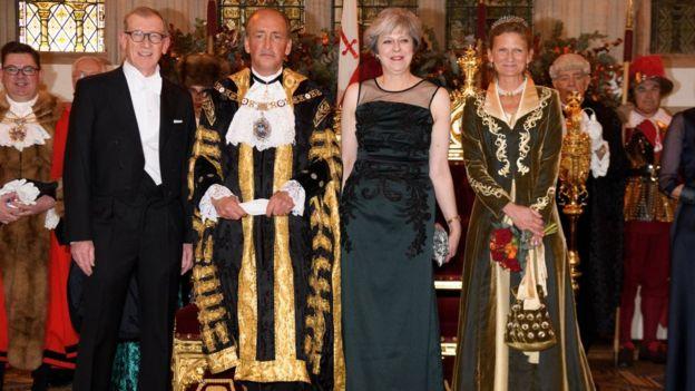 Le Premier ministre Theresa May, avec son époux Philip May (en costume noir à gauche).