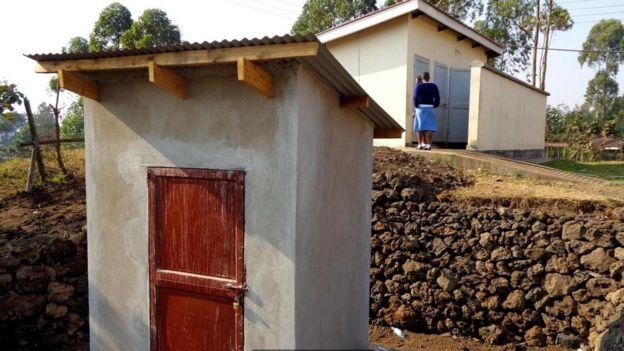 Banheiro de uma escola de meninas em um vilarejo em Uganda
