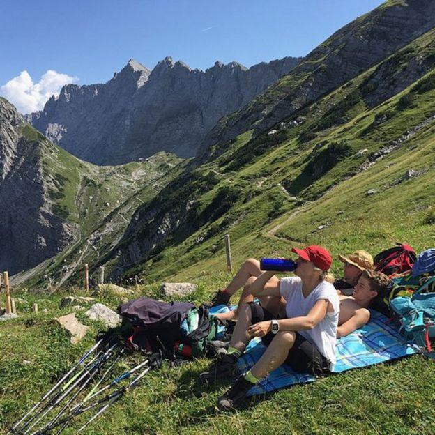 Tres jóvenes montañistas descansando.