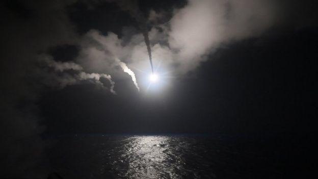 ABD Deniz Kuvvetleri'nden paylaşılan bu fotoğrafta USS Porter gemisinden Suriye'ye füze fırlatıldığı görülüyor