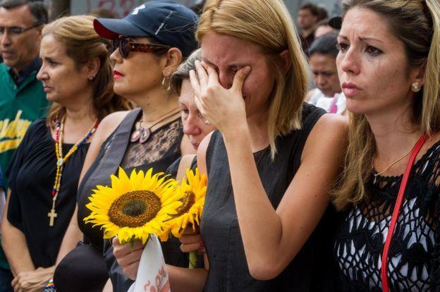 Entierro de uno de los muertos en Venezuela