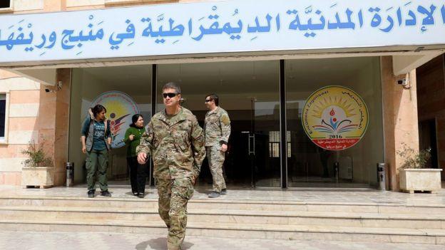 ABD'li general James B. Jarrard, 22 Mart 2018'de Menbic'te bölgedeki yetkililerle görüştü.
