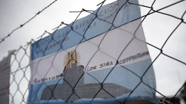 Bandera argentina con un mensaje a los submarinistas