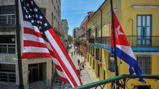 Havana'da Küba ve ABD bayrakları