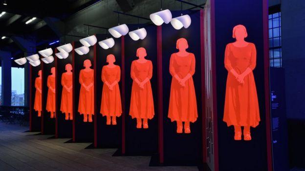 The Handmaid's Tale'den ilham alınarak yapılan bir sanat eseri New York'ta bir sergide