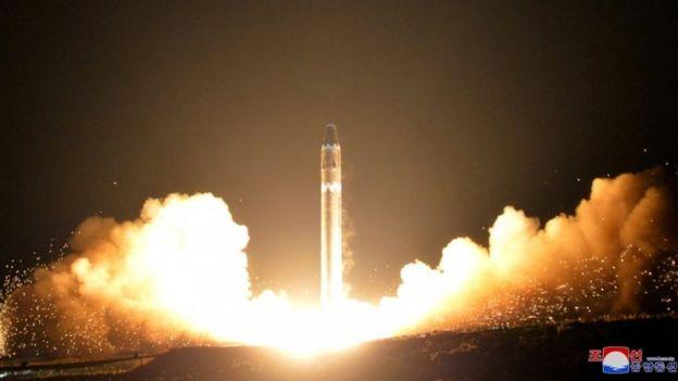 Igihe Korea ya ruguru yageragezaga igisasu kitwa Hwasong-15.