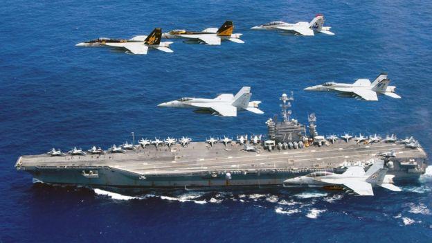 El 18 de junio de 2016, una formación de aviones Boeing F/A-18E y F Super Hornets y el portaaviones John C. Stennis en el mar filipino.