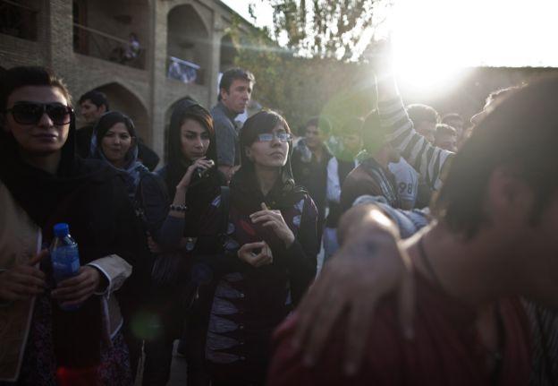 Jovens afegãs em um festival de música