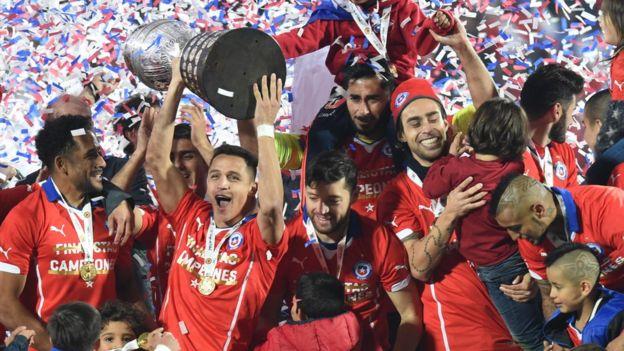 Jugadores chilenos celebran