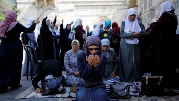 هزاران فلسطینی برداشته شدن موانع امنیتی در اطراف مسجد الاقصی را جشن گرفتند