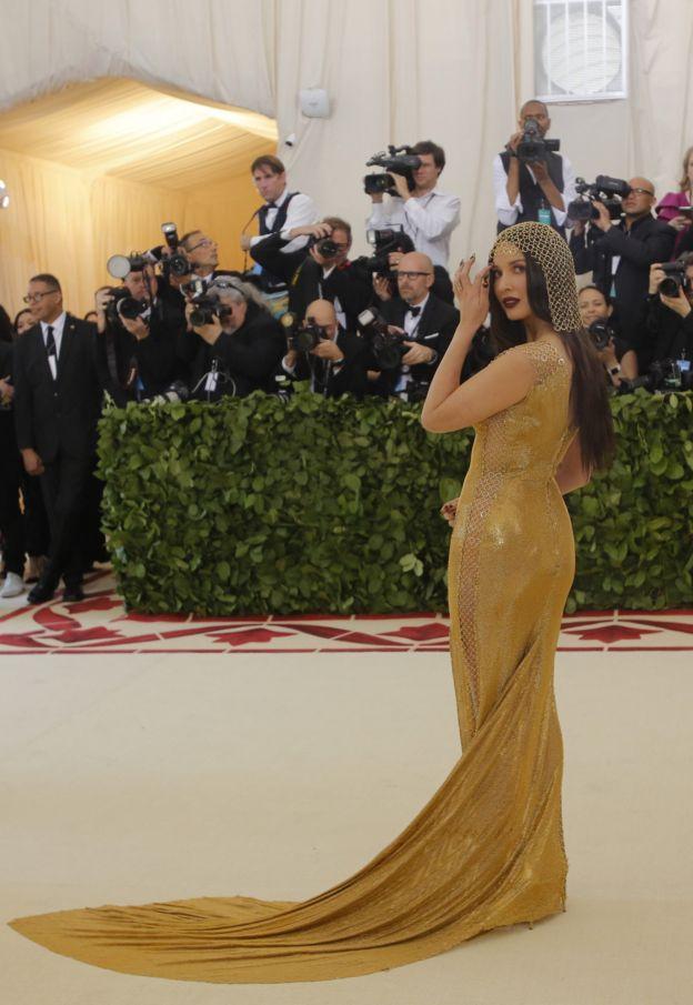 Актриса Оливия Мунн надевает кольчужное платье