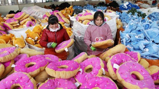 Funcionárias chinesas produzindo brinquedos em uma fábrica