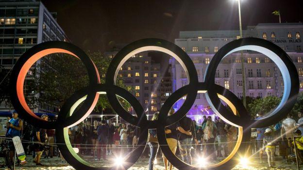 Anéis olímpicos em Copacabana