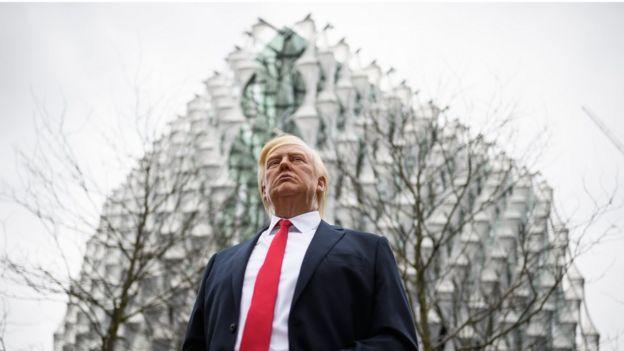 Una figura del presidente Donald Trump frente a la nueva embajada en Londres
