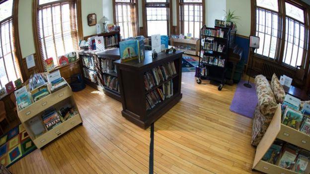 Una misma sala de la biblioteca puede estar dividida por la línea fronteriza.