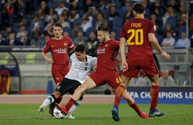Jugadores de Roma y Liverpool disputan el balón
