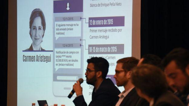 Meksikalı gazeteci Carmen Aristegui hakkında bilgi, 19 Haziran 2017'de Mexico City'de düzenlenen basın toplantısı sırasında bir ekranda gösteriliyor.