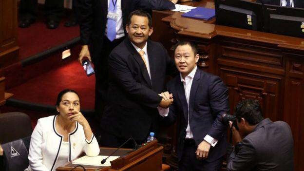 Kenji Fujimori y Bienvenido Ramírez celebrando el rechazo de la vacancia.