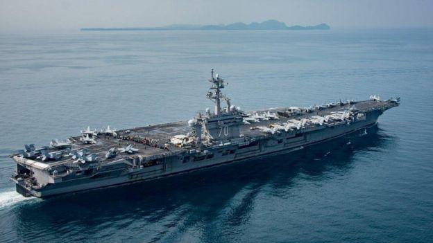 """2017年4月,""""卡爾·文森""""號在印尼爪哇島與蘇門答臘之間的巽他海峽航行。"""