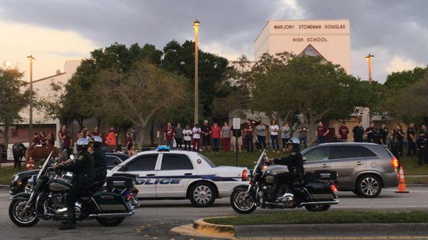Personas frente a la escuela Marjory Stoneman Douglas de Florida.