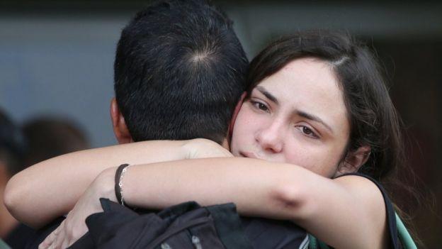 Allegados de las víctimas se abrazan en La Habana.