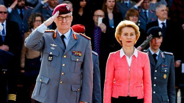 Ursula von der Leyen ao lado do marido militar