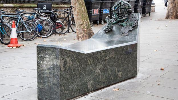 倫敦街頭的王爾德塑像,圖片來自出遊雜誌《Time Out》網站