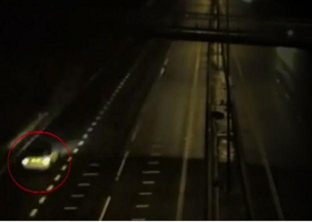 斯維庭的Mini再次被閉路電視攝影機拍攝到時,摩托車已經不見了。